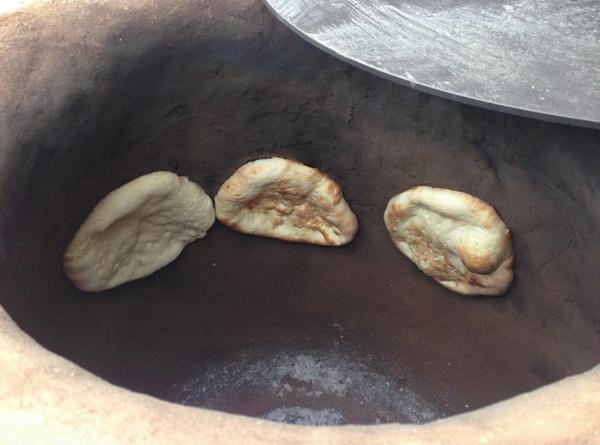 Приготовление хлеба в тандыре