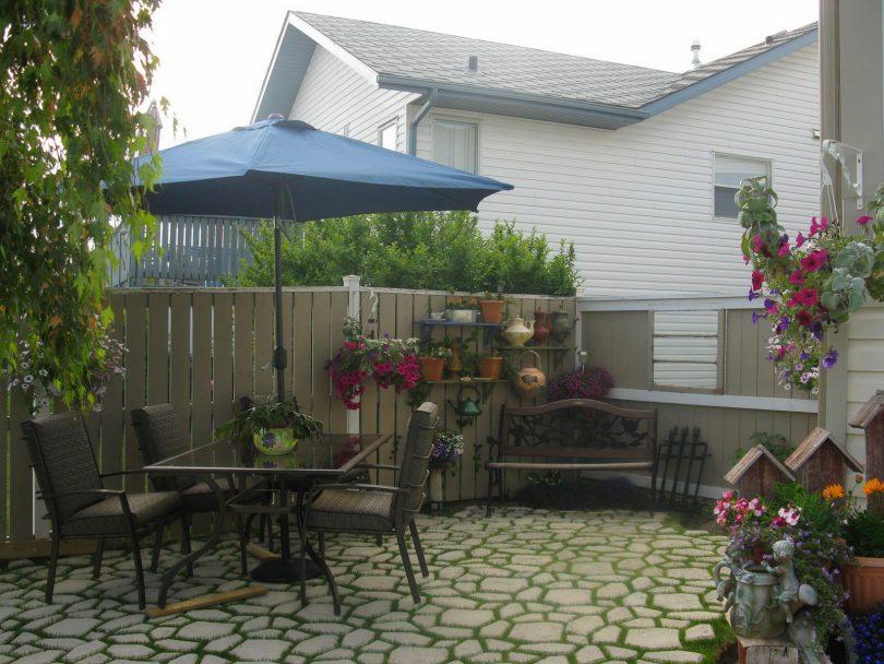 Красивый двор с площадкой из плитки