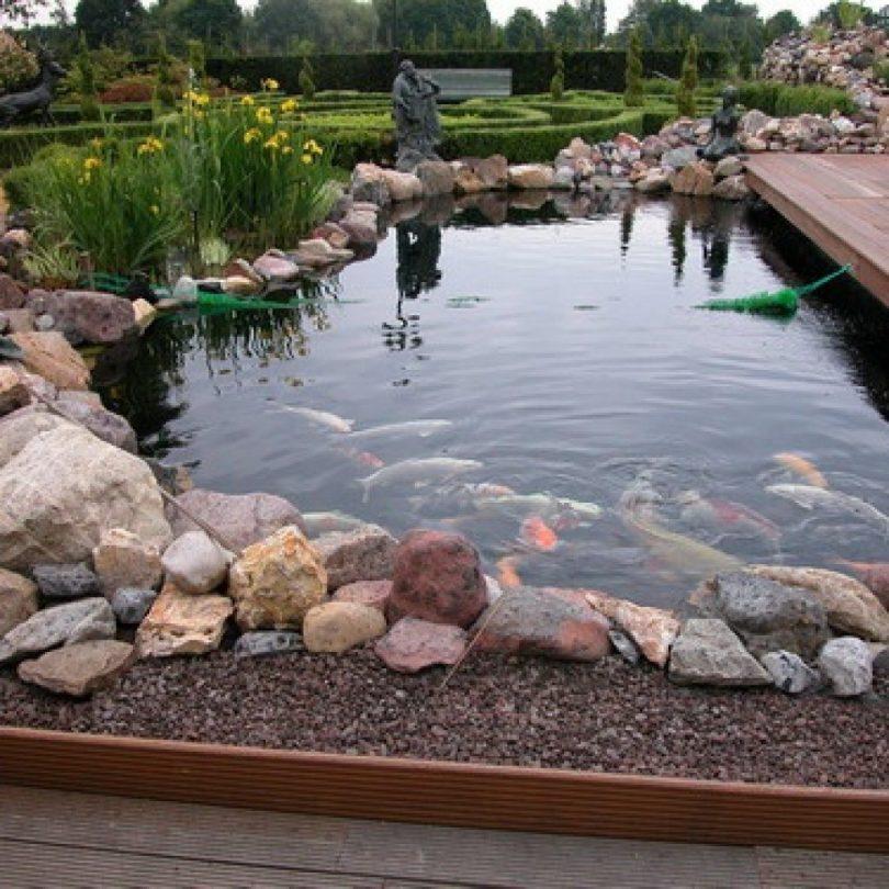пруд украшен камнями