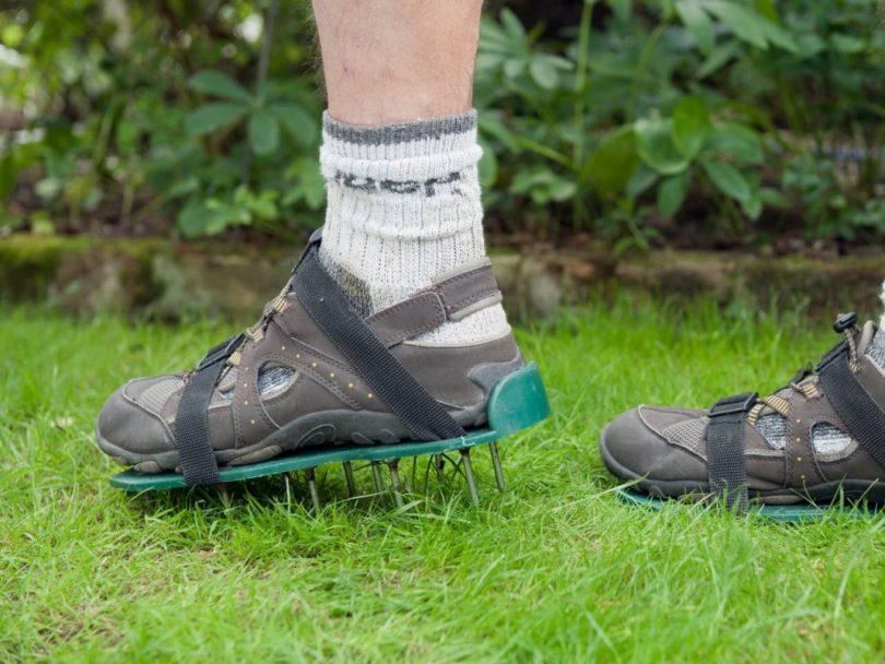 сандалии для аэрации газона