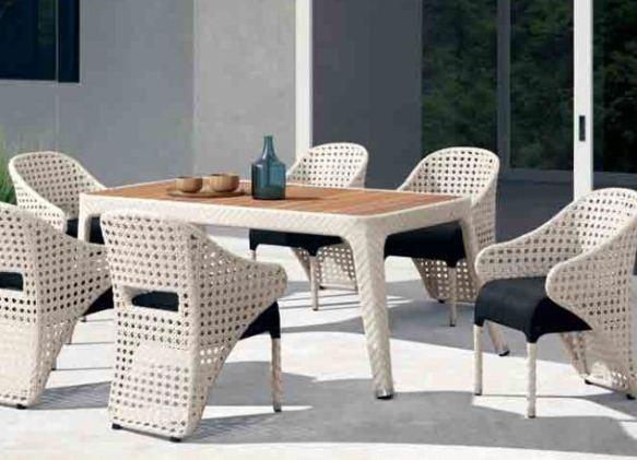 Для зоны отдыха отличные стулья и стол из ротанга