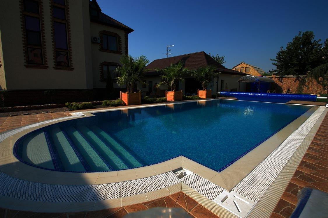 Скиммерный бассейн во дворе