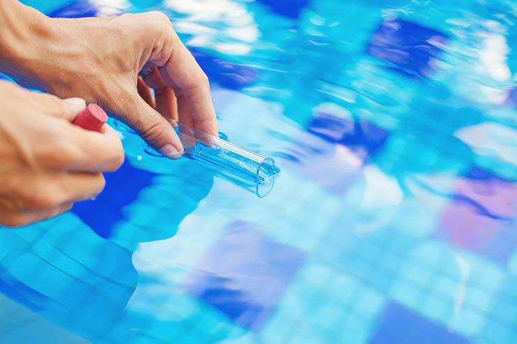 Использование хлора и другой химии для очистки воды в бассейне