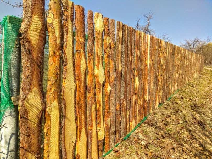 Строительство ограды из дерева своими руками