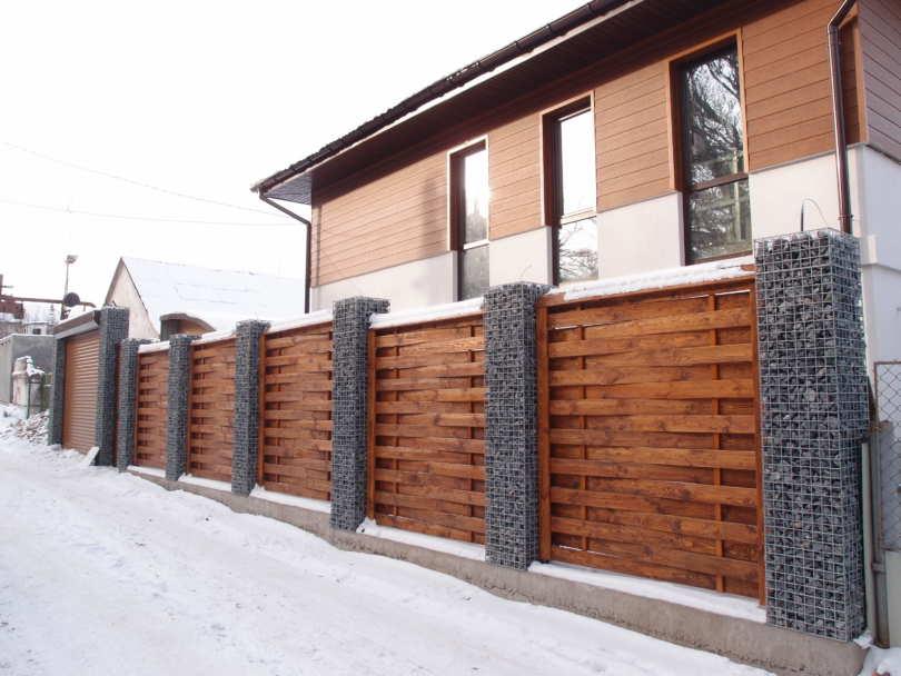Деревянный забор с камнем