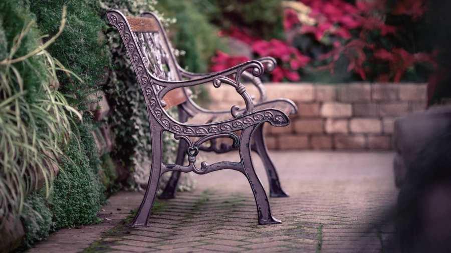 Садовая скамейка: украшение дома